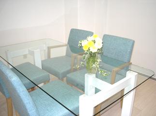李家幽竹さんのオフィスは、とてもすっきりしていて、お花も生き生き。